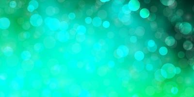fundo verde claro com círculos.