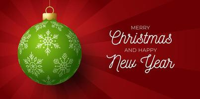 banner de feliz Natal e feliz ano novo. cartão de ilustração vetorial com bola de árvore de Natal verde em fundo de luz do nascer do sol de luxo com letras modernas