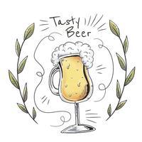 Copo de cerveja desenhado à mão com folhas e ornamentos vetor
