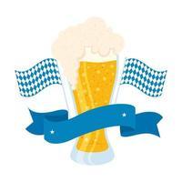 cerveja fresca em copo com bandeiras da oktoberfest e moldura de fita vetor