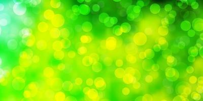 pano de fundo de vetor verde e amarelo claro com pontos.