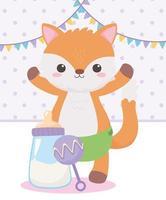 chá de bebê, chocalho de raposa e mamadeira de leite, celebração bem-vindo recém-nascido vetor