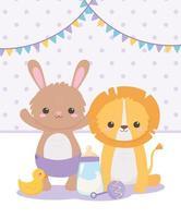 chá de bebê, coelhinho leão com chocalho e garrafa de leite, celebração bem-vindo recém-nascido vetor