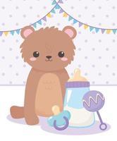 chá de bebê, ursinho de pelúcia com chocalho e mamadeira, celebração bem-vindo recém-nascido vetor