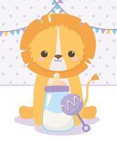 chá de bebê, leãozinho sentado com chocalho e mamadeira, celebração bem-vindo recém-nascido vetor