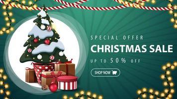 oferta especial, liquidação de natal, desconto de até 50, banner horizontal verde com guirlandas, grande círculo branco e árvore de natal em um pote com presentes