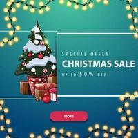 oferta especial, liquidação de natal, desconto de até 50, banner quadrado azul com festão, botão rosa e árvore de natal em um pote com presentes