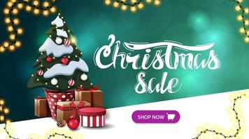 venda de natal, banner de desconto verde com fundo desfocado, guirlandas, botão e árvore de natal em uma panela com presentes
