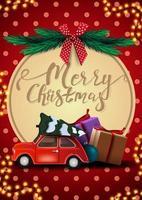 Feliz Natal, postal vermelho com guirlanda, textura de bolinhas, grande círculo decorativo com letras, árvore de Natal, laço vermelho e carro vintage vermelho carregando árvore de Natal