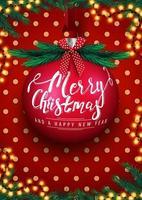 Feliz Natal e Feliz Ano Novo, postal vermelho com uma grande bola de Natal com letras, festão, textura de bolinhas, árvore de Natal e laço vermelho