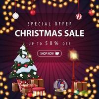oferta especial, liquidação de natal, até 50 de desconto, banner quadrado roxo de desconto com guirlandas e árvore de natal em um pote com presentes
