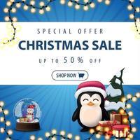 oferta especial, liquidação de natal, até 50 de desconto, banner de desconto quadrado azul com guirlanda, globo de neve, pinguim com chapéu de Papai Noel com presentes e árvore de Natal
