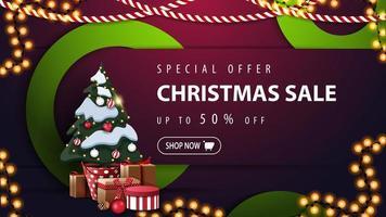 oferta especial, liquidação de natal, desconto de até 50, banner roxo de desconto com anéis decorativos verdes, guirlandas e árvore de natal em um pote com presentes