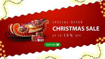 oferta especial, liquidação de natal, até 50 de desconto, banner vermelho e branco de desconto com linha diagonal ondulada, botão verde e trenó de Papai Noel com presentes