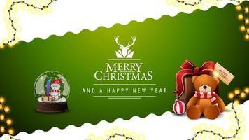 Feliz Natal e Feliz Ano Novo, postal verde e branco com linha diagonal ondulada, guirlanda, logotipo de saudação com veado, globo de neve e presente com ursinho de pelúcia