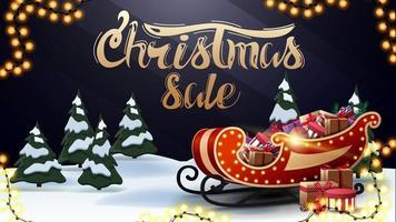 Venda de Natal, lindo banner de desconto azul e escuro com letras douradas, floresta de inverno dos desenhos animados e trenó do Papai Noel com presentes