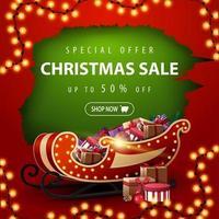 oferta especial, liquidação de natal, desconto de até 50, banner de desconto vermelho e verde com buraco rasgado, guirlanda e trenó de Papai Noel com presentes