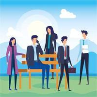 empresários ligando de celular na cadeira do parque vetor