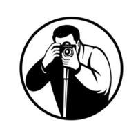fotógrafo tirando fotos com câmera digital slr retro preto e branco vetor