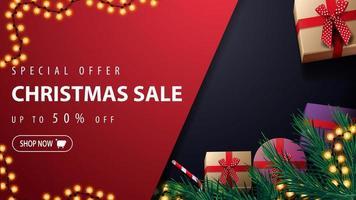 oferta especial, liquidação de natal, desconto de até 50, banner de desconto vermelho e azul com guirlanda, árvore de natal, presentes e lata de doces, vista de cima