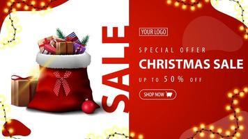 oferta especial, liquidação de natal, até 50 de desconto, banner de desconto verde com guirlanda e bolsa de papai noel com presentes