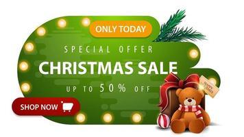 oferta especial, liquidação de natal, até 50 de desconto, banner greendiscount em formas líquidas abstratas com lâmpadas, botão vermelho e presente com ursinho de pelúcia