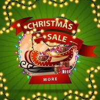 Venda de natal, banner redondo de desconto com uma fita embrulhada em uma guirlanda, botão e trenó de Papai Noel com presentes