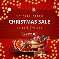 oferta especial, liquidação de natal, até 50 de desconto, lindo banner vermelho de desconto com guirlanda, bolas de natal e trenó de papai noel com presentes