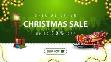 oferta especial, liquidação de natal, até 50 de desconto, banner verde moderno para site com guirlanda, botão, lanterna vintage e trenó de Papai Noel com presentes