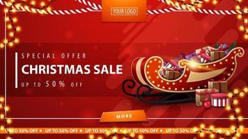 oferta especial, liquidação de natal, até 50 de desconto, banner vermelho de desconto com guirlandas, botão, local para logotipo e trenó de Papai Noel com presentes