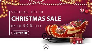 oferta especial, liquidação de natal, até 50 de desconto, banner roxo de desconto com guirlandas, botão e trenó de Papai Noel com presentes perto da parede