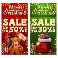 dois banners de desconto de Natal com bolsa de Papai Noel com presentes e presente com ursinho de pelúcia. banners de desconto verticais vermelhos e verdes vetor