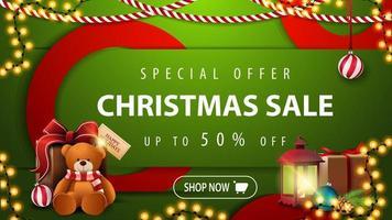 oferta especial, liquidação de natal, até 50 de desconto, banner web moderno horizontal brilhante verde com botão, grandes círculos vermelhos, lâmpada antiga e presente com ursinho de pelúcia