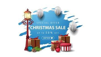 oferta especial, liquidação de natal, desconto até 50, banner com balões brancos e lanterna com presentes. bandeira azul rasgada isolada no fundo branco. vetor