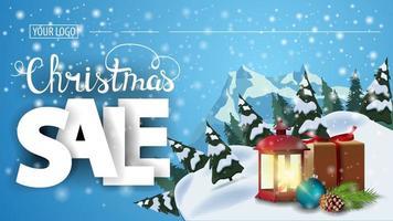 venda de natal, banner de desconto horizontal da web com floresta de pinheiros, montanha e lâmpada antiga