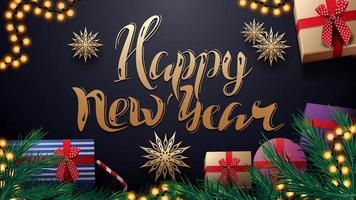 feliz ano novo, cartão postal azul escuro com guirlanda, flocos de neve de papel dourado, título dourado e presentes com galhos de árvores de natal, vista superior