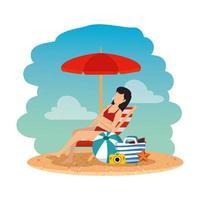 Mulher linda com maiô sentada na cadeira de praia e bolsa na praia vetor