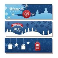 três grandes inscrições de liquidação de inverno com etiquetas e fita em paisagens de neve