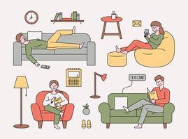 as pessoas estão descansando em vários tipos de sofás.