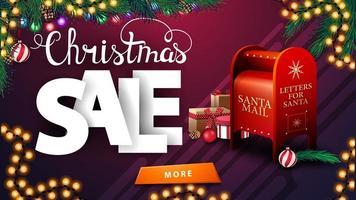 liquidação de natal, banner roxo de desconto com guirlandas, galhos de árvores de natal, botão e caixa de correio de papai noel com presentes vetor