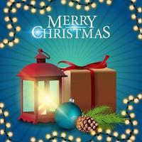 Feliz Natal, cartão postal quadrado azul com presente, lanterna vintage, galho de árvore de Natal com um cone e uma bola de Natal