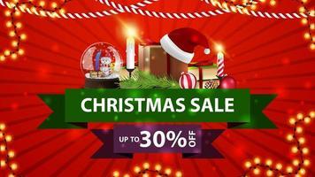 liquidação de natal, desconto até 30, banner vermelho de desconto com fitas, globo de neve, presente com chapéu de Papai Noel, velas, galho de árvore de natal e bola de natal vetor