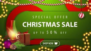 liquidação de natal, desconto de até 50, banner web moderno horizontal brilhante verde com botão, presente, lâmpada antiga, galho de árvore de natal, cone, bola de natal vetor