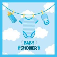 cartão de chá de bebê com roupas penduradas vetor