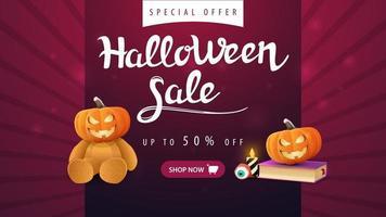 liquidação de halloween, banner horizontal roxo com 50 de desconto, ursinho de pelúcia com cabeça de jack abóbora, livro de feitiços e jack de abóbora vetor