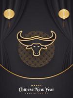 feliz ano novo chinês 2021 ano do boi. cartão comemorativo chinês decorado com cabeça de boi dourada e lanternas em fundo preto cortado vetor
