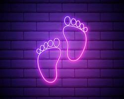luz neon. ícone de sinal de pegada humana. símbolo descalço. silhueta do pé. design gráfico brilhante. parede de tijolos. vetor