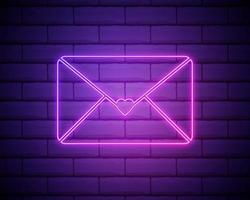 ícone de carta de amor de néon isolado no fundo da parede de tijolo. envelope com carimbo de coração rosa. st. dia dos namorados, correio, conceito de correspondência de amor. ilustração em vetor 10 eps.