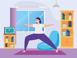 mulher praticando ioga online na sala de estar