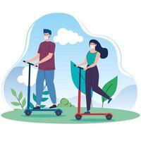 casal andando de scooters ao ar livre com máscaras